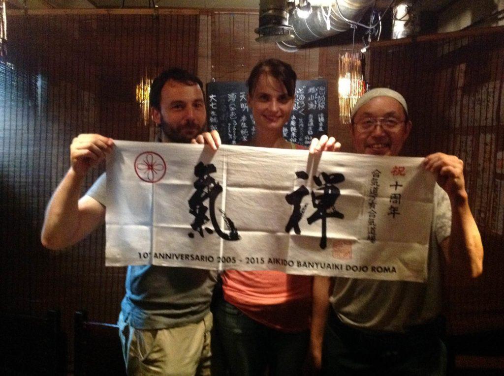 Tokyo. David, Hana e Youichi Ogawa del Gessoji Dojo mostrano il tenugui appena realizzato del 10° anniversario del Banyuaiki Dojo.
